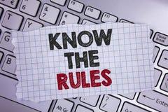 文本标志陈列认识规则 概念性照片了解期限和条件从在泪花写的律师得到法律建议N 免版税库存图片