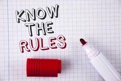 文本标志陈列认识规则 概念性照片了解期限和条件从在Notebo写的律师得到法律建议 免版税库存图片
