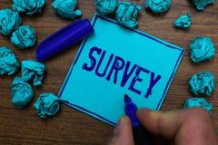 文本标志陈列调查 概念性会集关于一个特殊附属的深蓝纸对象的观点的照片询问的人 免版税库存图片