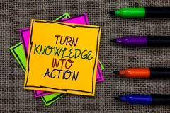 文本标志陈列轮知识到行动里 概念性照片申请什么您学会了在某一c写的领导战略 免版税库存照片