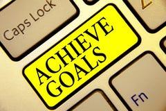文本标志陈列达到目标 概念性照片结果针对的伸手可及的距离目标有效的计划成功键盘黄色钥匙Int 免版税图库摄影