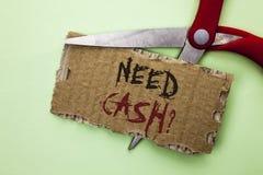 文本标志陈列需要现金问题 概念性在泪花卡片写的照片财富问题贫穷货币金钱忠告概念性 图库摄影
