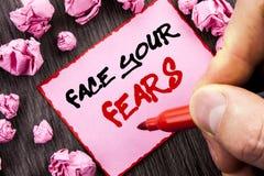 文本标志面孔您的恐惧 书面的挑战恐惧Fourage信心勇敢的勇敢的企业概念Pin稠粘的便条纸Fol 免版税库存图片