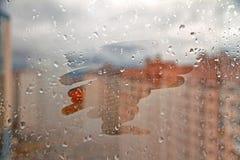 文本的手拉的形状在泥泞的玻璃湿窗口在城市 图库摄影