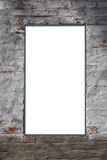 文本的白色长方形空白在灰色的中心涂了灰泥砖墙 库存照片