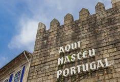 文本葡萄牙出生这里在城市墙壁上 库存照片