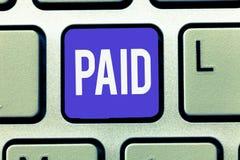 文本被支付的标志显示 概念性照片交付为工作做的那些领取薪水在离职休假期间薪水的收据 免版税图库摄影