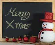 文本装饰的圣诞节黑板与雪人和红色美国兵 免版税库存照片