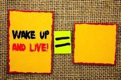 文本陈列醒并且居住 陈列诱导成功梦想活生活挑战的企业照片写在稠粘的笔记Pap 图库摄影