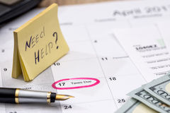 文本`需要与报税表、金钱和日历的帮助` 库存照片