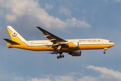 文莱皇家航空公司波音在方法的777-212/ER V8-BLA对土地在墨尔本国际机场 免版税图库摄影