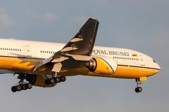 文莱皇家航空公司波音在方法的777-212/ER V8-BLA对土地在墨尔本国际机场 免版税库存图片
