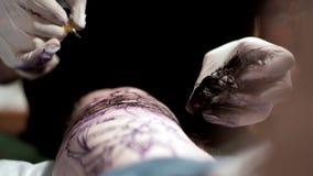 文身的人刺字给一个客户在纹身花刺客厅里 股票录像