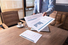 文件在办公室工作者的手里 免版税库存照片