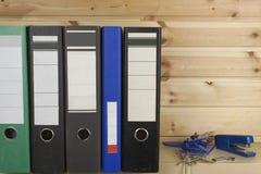 文件夹、订书机和说谎在架子的打孔器 库存照片