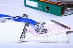 文件夹文件、听诊器和RX处方在书桌上 被弄脏的背景 免版税库存照片