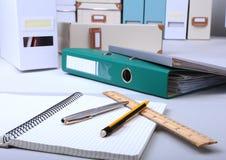 文件夹文件、笔记和笔在书桌上 被弄脏的背景 免版税库存照片