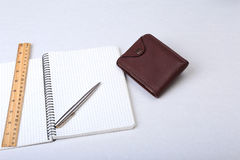 文件夹文件、笔记和钱包在书桌上 被弄脏的背景 免版税图库摄影