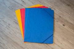 文件夹用不同的颜色 办公室背景 库存照片