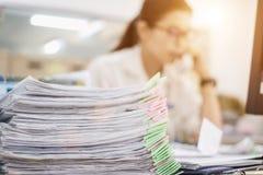 文件工作在许多桌上被堆积 免版税库存照片