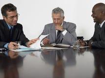 读文件的商人在会议室 免版税库存图片