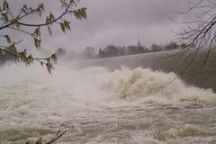 斋戒与泡沫和薄雾的下落的河水 免版税图库摄影