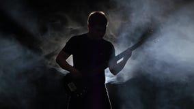斋戒在表现的声调低音吉他一个音乐家人 影视素材