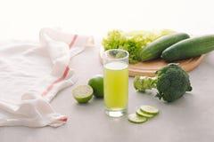 斋戒的各种各样的新近地被紧压的蔬菜汁 库存图片
