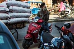 斋浦尔,印度- 2018年1月10日:一个有胡子的印地安人坐滑行车 在印度的街道上 库存图片