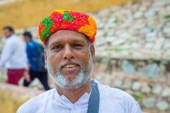 斋浦尔,印度- 2017年9月19日:一个未认出的印地安人和在街道上的一个coorful帽子的画象有胡子的 图库摄影