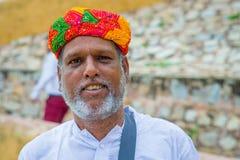 斋浦尔,印度- 2017年9月19日:一个未认出的印地安人和在街道上的一个coorful帽子的画象有胡子的 免版税库存照片