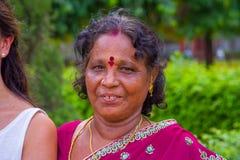 斋浦尔,印度- 2017年9月19日:一名美丽的印地安妇女的画象有红色点的在她的前额的中心 库存照片