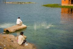 斋浦尔,印度- 2017年9月20日:享用在美丽的Jal玛哈尔浇灌湖的边界的未认出的人 免版税库存图片
