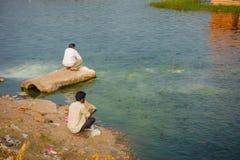 斋浦尔,印度- 2017年9月20日:享用在美丽的Jal玛哈尔浇灌湖的边界的未认出的人 免版税图库摄影