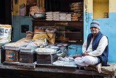 斋浦尔,印度- 2018年1月10日:传统东部食物的摊贩 印第安快餐 库存图片