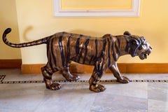 斋浦尔,印度- 2017年11月10日:作为室内装璜关闭的老虎雕象 免版税图库摄影