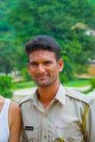 斋浦尔,印度- 2017年9月19日:佩带一棵夹克颜色亚洲柿树,在街道上的一个未认出的印地安人的画象 库存图片