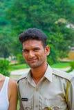 斋浦尔,印度- 2017年9月19日:佩带一棵夹克颜色亚洲柿树,在街道上的一个未认出的印地安人的画象 免版税库存照片