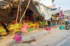 斋浦尔,印度- 2017年9月19日:卖在街道上的妇女果子在斋浦尔,拉贾斯坦 库存照片