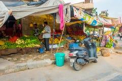 斋浦尔,印度- 2017年9月19日:卖在街道上的妇女果子在斋浦尔,拉贾斯坦 免版税图库摄影
