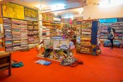 斋浦尔,印度- 2017年9月19日:在的商店里面的未认出的人买一件美丽的五颜六色的纺织品,在市场上的 库存照片