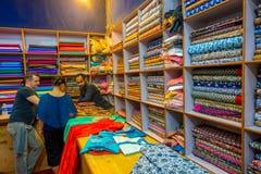 斋浦尔,印度- 2017年9月19日:在的商店里面的未认出的人买一件美丽的五颜六色的纺织品,在市场上的 免版税库存照片