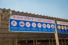 斋浦尔,印度- 2017年9月19日:在Akshardham寺庙的输入的情报标志在新德里,印度 免版税库存照片