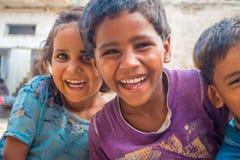 斋浦尔,印度- 2017年9月20日:孩子,微笑和使用在街道的美好的小组画象在斋浦尔 库存图片