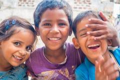斋浦尔,印度- 2017年9月20日:孩子,微笑和使用在街道的美好的小组画象在斋浦尔 免版税库存照片