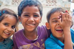 斋浦尔,印度- 2017年9月20日:孩子,微笑和使用在街道的美好的小组画象在斋浦尔 库存照片