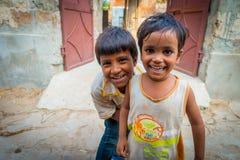 斋浦尔,印度- 2017年9月20日:孩子,微笑和使用在街道的美好的小组画象在斋浦尔 图库摄影