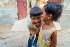 斋浦尔,印度- 2017年9月20日:孩子,微笑和使用在街道的美好的小组画象在斋浦尔 免版税库存图片
