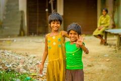斋浦尔,印度- 2017年9月20日:微笑两个美丽的女孩画象拥抱和,穿一件黄色肮脏的女衬衫 免版税图库摄影