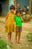 斋浦尔,印度- 2017年9月20日:微笑两个美丽的女孩画象拥抱和,穿一件黄色肮脏的女衬衫 库存图片